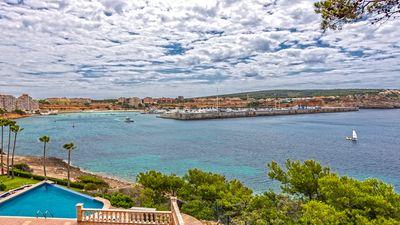 Dieses Apartment befindet sich in erster Meereslinie in Nova Santa Ponsa und bietet einen wunderschonen Ausblick uber den Port Adriano  das Mittelmeer und die
