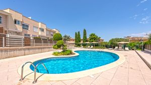This beautiful detached house is located in a small residence with a communal swimming pool