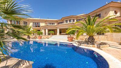 Diese schone  lichtdurchflutete und luxuriose Villa von 930 m² befindet sich in einer ausgezeichneten Wohngegend in Sol de Mallorca zwischen Puerto Portals und