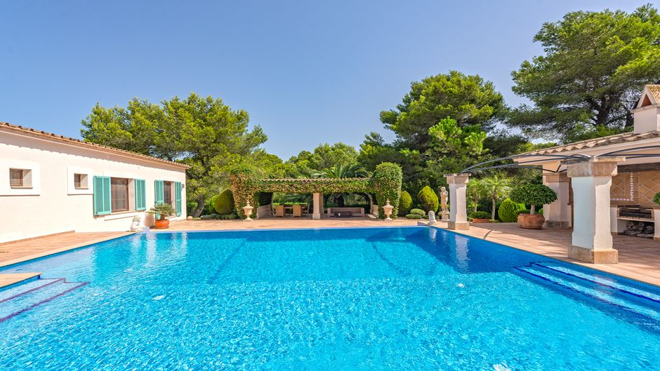 Mediterranean villa in Santa Ponsa, this is the villa of the dreams, at the entrance we find a large swimming pool with different terraces to rest and sunbathe