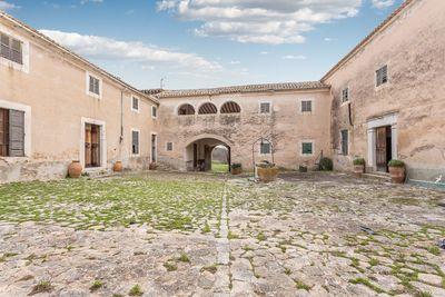 Dieses historische Hotel wurde 1602 errichtet und befindet sich in einem leicht erhohte Lage mit Blick uber die Berge und Alaro    Die Villa befindet sich auf