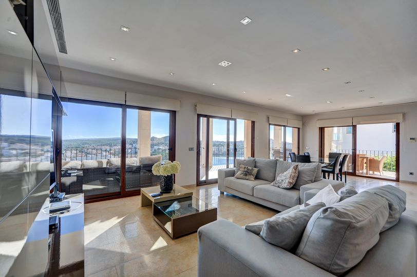 Luxurious villa with incredible views of the bay of Santa Ponsa, it is located in an elevated location above the town, on a private street where there are a