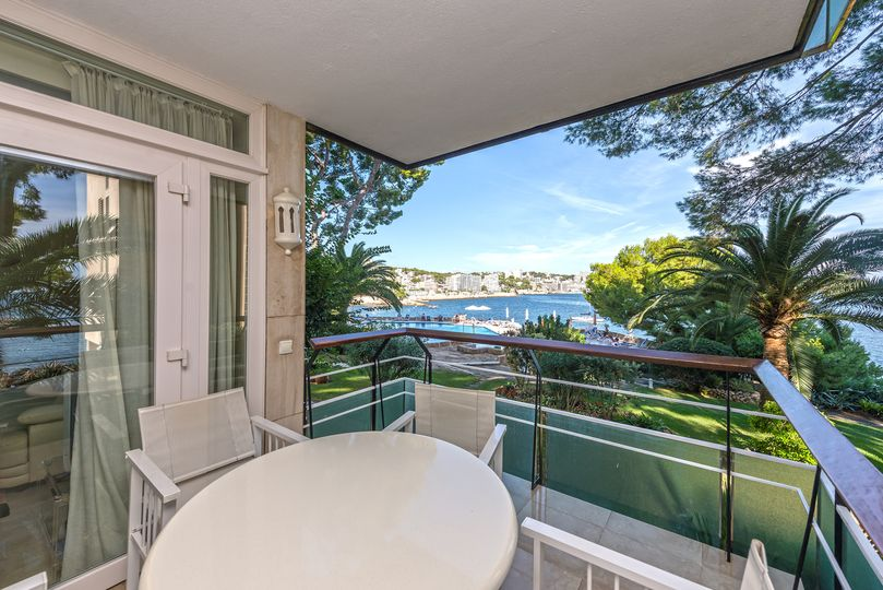 This wonderful seaview apartment is located in the community Roca Marina, between Cas Català and Illetes and right on the waterfront, with direct access to 2