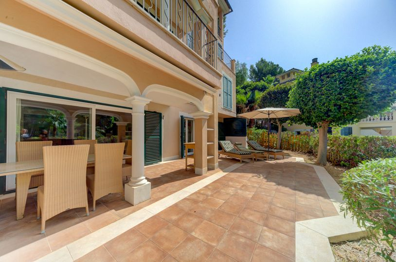This beautiful garden apartment is situated in a well-kept community in Cas Català, near to several beaches, restaurants, and the marina of Cala Nova