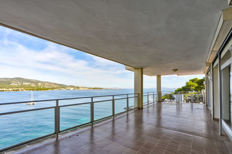 This penthouse with a living area of 260sqm has a unique panoramic sea view