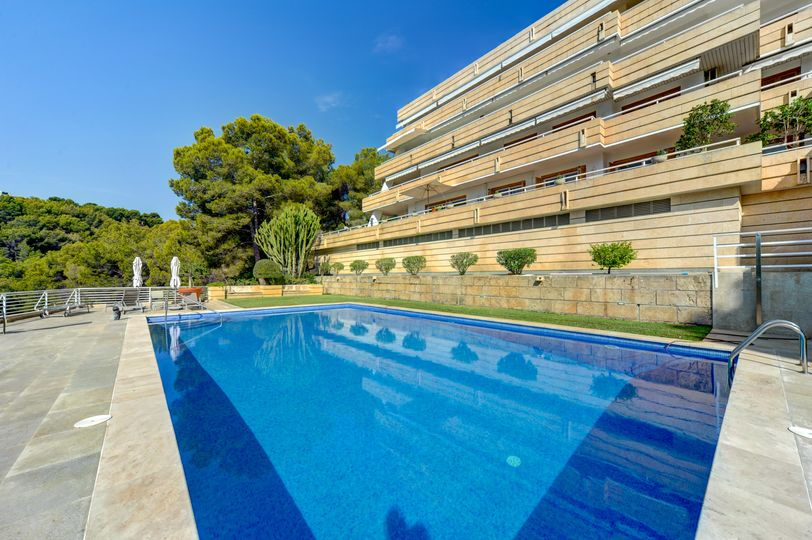 This south-facing luxury apartment offers spectacular panoramic views over the Bay of Palma