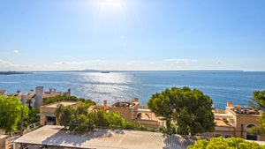 This apartment is located in one of the most sought-after neighbourhoods in Mallorca, opposite the Illetas beaches and a well-known beach club