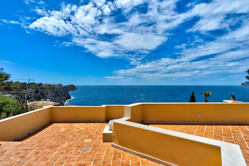 This beautiful villa with stunning sea views is located in a quiet residential complex in Santa Ponsa with only 14 houses and flats