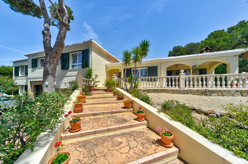 This beautiful villa is situated in an exclusive location very close to the luxury marina Port Adriano