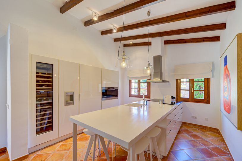 This beautiful Finca-style villa with a swimming pool was built in 2000 in a privileged residential area and a cul-de-sac of Nova Santa Ponsa