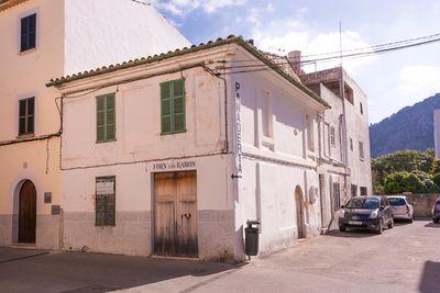 Dorfhaus in Pollensa zu verkaufen  Das Haus liegt in einer kleinen Strasse nur wenige Meter vom schonen Marktplatz im Zentrum von Pollensa entfernt