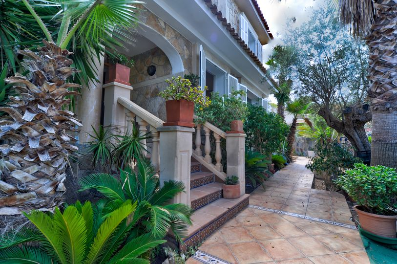 This renovation property with a lot of potentials is located in El Toro and has a flat plot of about 800m2 and is within walking distance to the luxury marina