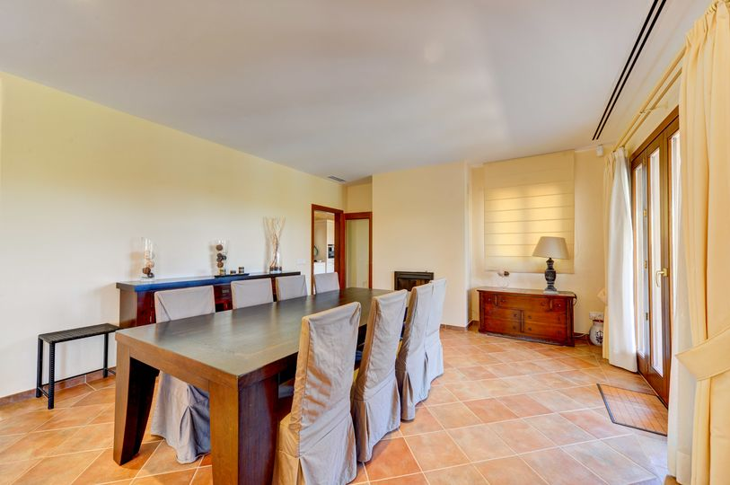 This unique property in Nova Santa Ponsa is located just a few steps from the most exclusive golf courses in Mallorca