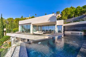 Diese hochmoderne Neubau-Villa mit unverbaubaren Panorama-Meerblick wurde soeben fertiggestellt und bietet Wohnkomfort der Luxus-Klasse in bester Lage, gleich
