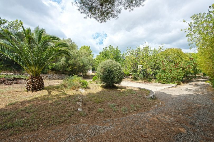 This traditional finca with nice panoramic views to the surrounding landscape is situated in the urbanization Ses Rotgetes de Canet, close to Esporles