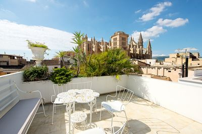 This town house is situated in an exclusive area of the Old Town of Palma de Mallorca    The distribution of the approx