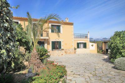 Diese gepflegte Villa befindet sich in Santa María und verfugt uber ein Grundstuck von 6