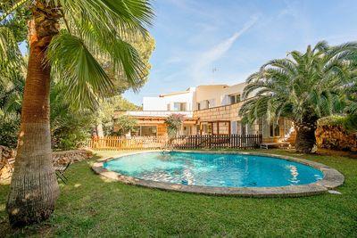 Diese zauberhafte und gemutliche Villa liegt in Costa den Blanes  einer der begehrtesten Nachbarschaften im Sudwesten Mallorcas