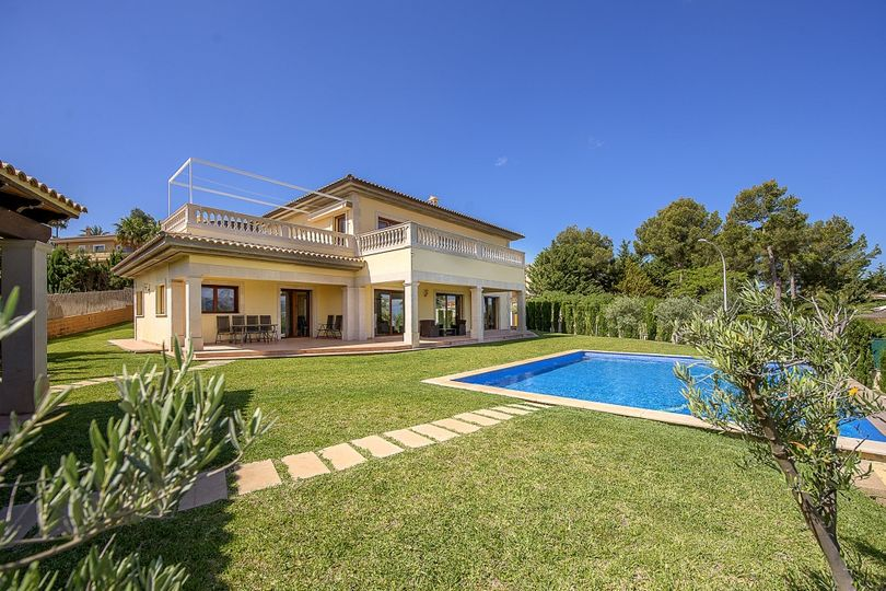 This charming 2-storey villa with panoramic views to the mountains and to the sea from the 1st floor is located in a residential area of Nova Santa Ponsa and