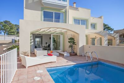 This beautiful corner- townhouse is situated on an easy to maintain plot of 500sqm  in La Mola Village  one of the most exclusive residential areas of