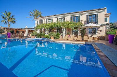 Diese schone mediterrane Luxus Finca befindet sich auf einem flachen Grundstuck von 13680m2 in ruhiger Lage und gleichzeitig in Laufnahe zu Puerto de Andratx