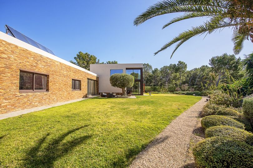 This extraordinary one storey villa is located next to the golf course of Santa Ponsa