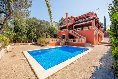 Diese elegante schone Villa befindet sich in Portals Nous  in der Nahe zu Stranden  Yachthafen  Hotels  Einkaufszentren  internationalen Schulen und dem
