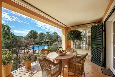 This bright apartment is located in the quiet community Flor de golf surrounded by greenery in Santa Ponsa
