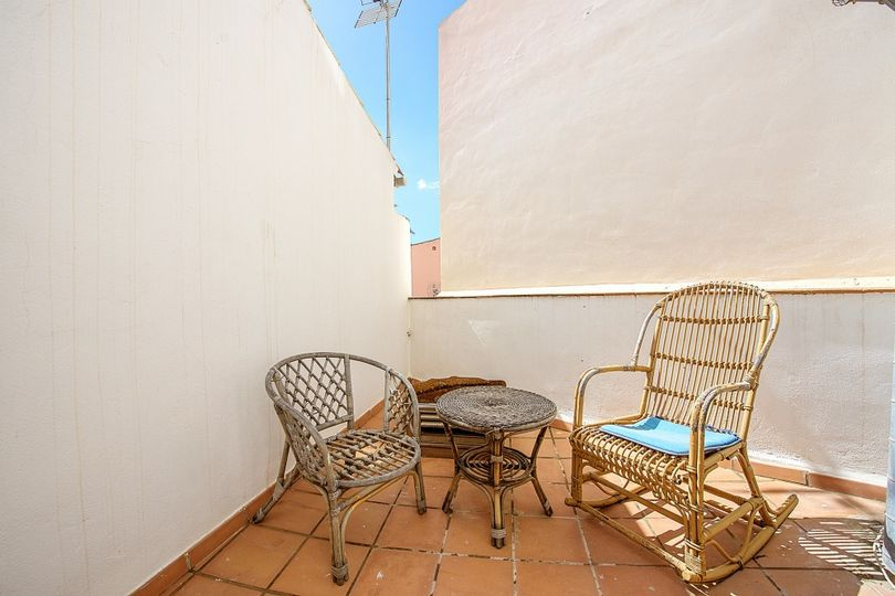 This property consists of an apartment with terrace and balcony and a restaurant located in the same building situated approx