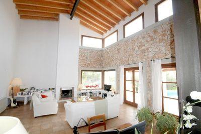 Diese wunderschon gebaute Immobilie mixt typische mallorquinische Details mit modernem Element und ist hell und modern eingerichtet