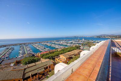 Die grosszugige Terrasse und der spektakulare Blick uber den Yachthafen Puerto Portals sind das Highlight dieser Immobilie in der Anlage Silverpoint  einer