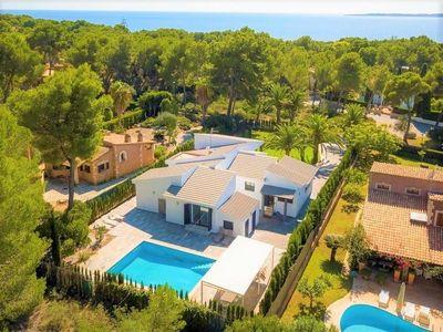 Die architektonisch ansprechende und neu gebaute Villa liegt in einer ruhigen Wohngegend im noblen Ferienort Costa de los Pinos