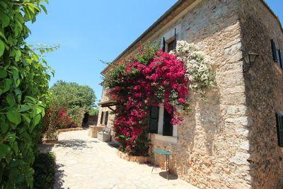 Schone Finca mit viel Charakter  nur funf Minuten von der Ortschaft Santa Maria Im Eingangsbereich rechts befinden sich Gastezimmer und Bad