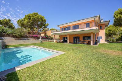 Hier handelt es sich um ein Familienhaus in zentraler Lage in Santa Ponsa mit grosem Garten und Pool