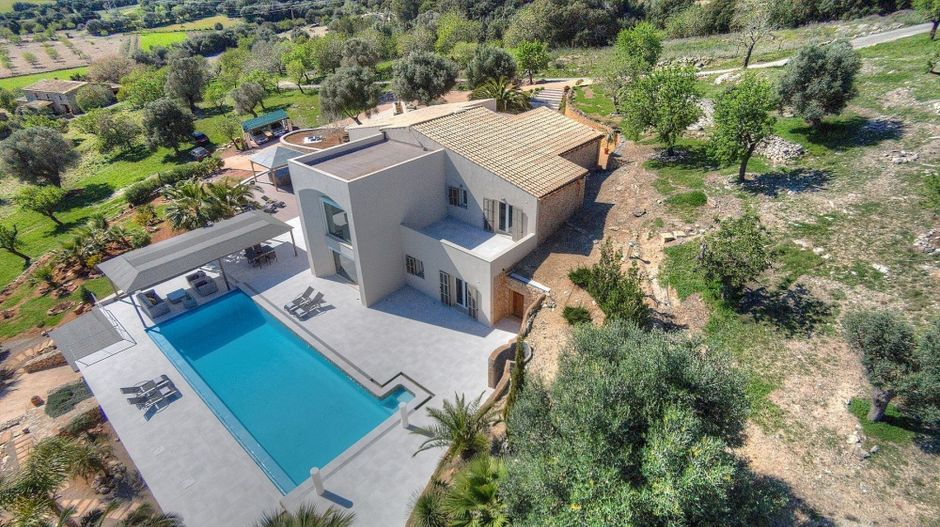 This beautiful finca is located in the eastern part of Mallorca between Arta and Son Servera in the middle of one of the quietest and varied landscapes of the