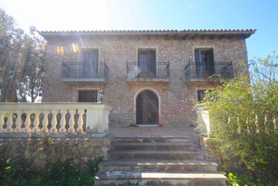 Diese hervorragend Villa liegt nur zwei Minuten vom schonen Ort Santa Eugenia entfernt  auf einem 5 073qm grossem Grundstuck