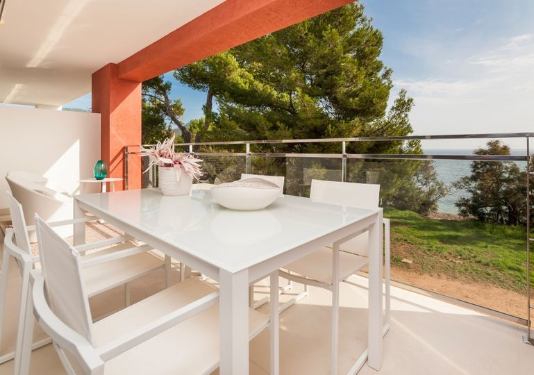 This first line project with direct access to the beach and beautiful seaviews offers a very rare opportunity to buy a great priced new property on the