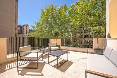 Hier handelt es sich um einen kompletten Neubau eines hochwertigen Stadthauses mit drei Etagen und Dachterrasse in einer exzellenten Lage im Zentrum von Palma