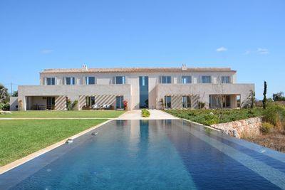 Die einzigartige Designer-Finca  ist ein spannendes und architektonisches Gesamtkunstwerk  das sich in der Cala Llombards im Sudosten der Insel Mallorca
