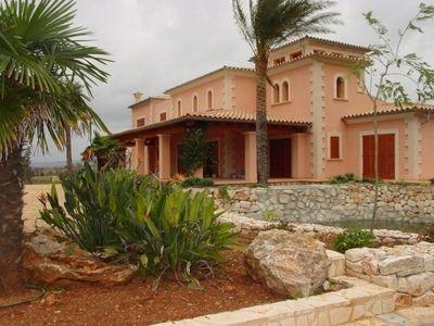 Dieses wundervolle Landhaus befindet sich nahe der authentischen mallorquinischen Kleinstadt Felanitx im Sud-Osten Mallorcas und ist herrlich in die