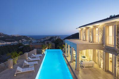 Diese Ausergewohnliche Luxusvilla liegt auf einem der spektakularsten Grundstucke  in der exklusiven Wohngegend Puerto de Andratx (Montport)