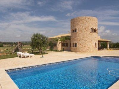 Dieses schone Landhaus im mallorquinischen Stil mit einem imposanten Turm wurde im Jahre 2000 erbaut