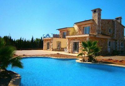 Dieses ausergewohnliche Haus liegt in einer absolut verwunschenen Lage  zwischen Cala Santanyi und dem Strand s Amarador