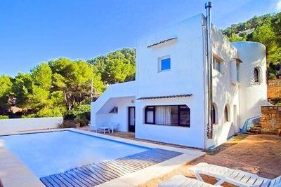 Diese wunderschone Villa  befindet sich im mondanen Kustenort Canyamel in Hanglage mit Blick auf die Urbanisation und Bucht von Canyamel
