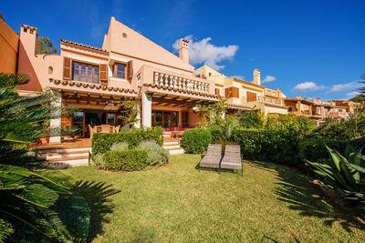 Dieses exklusives Reihenhaus in der beliebten Gemeinschaftsanlage  Valle Dorado  befindet sich in Costa de la Calma und bietet einen atemberaubenden