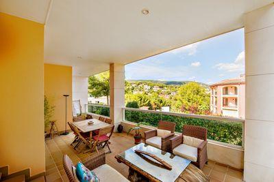 Diese attraktive Erdgeschosswohnung liegt in begehrter Wohnlage in Bendinat und verfugt uber einen privaten Garten mit schonem Bergblick und befindet sich