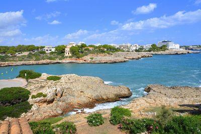 Die architektonisch ansprechende Villa liegt am Rande des Fischerdorfchens Porto Colom in allerbester Lage direkt am Meer und bietet einen wirklich grandiosen