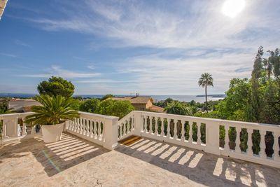 Diese elegante Villa mit wunderschonem Meerblick liegt in einer der exklusivsten Wohngegenden im Sudwesten der Insel  nur wenige Minuten von Palma und vom