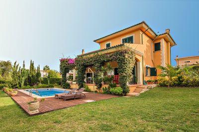 Diese geraumige Villa in Cala Vinyas liegt auf einem flachen Grundstuck in einer ruhigen und exklusiven Wohngegend und bietet einen schonem Blick