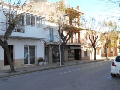 Das Haus mit Geschaftslokal liegt an der Hauptzufahrtsstrasse zum Jachthafen und den Stranden